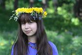 Tonårig flicka och blomma krans — Stockfoto
