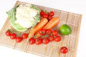 świeże warzywa na maty drewniane — Zdjęcie stockowe