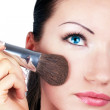 vrouw met make-up borstel in de hand — Stockfoto
