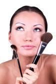 Mulher com dois pincéis de maquiagem profissional — Fotografia Stock