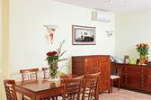 Interno della sala da pranzo con mobili classici in legno — Foto Stock