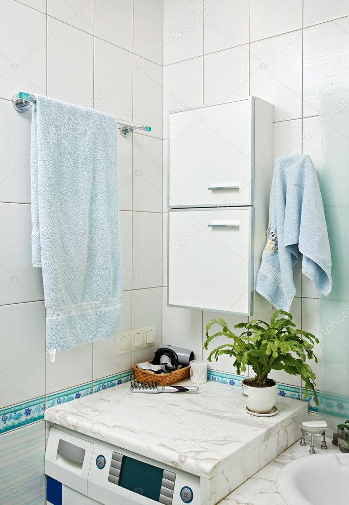 Partie de l 39 int rieur de la petite salle de bains moderne - Machine a laver sechante petite taille ...