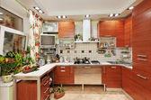 木製の家具、多くの調理器具付きのキッチン インテリア — ストック写真