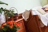 Cesto di fiori e frutti — Foto Stock