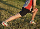 Człowiek rozgrzewka przed run — Zdjęcie stockowe