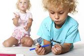 Enfants jouent avec les couleurs — Photo