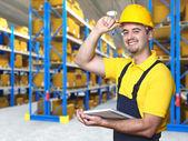 Travailleur souriant en entrepôt — Photo