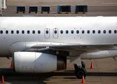 Avión esperando en la pista — Foto de Stock