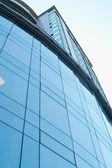 Bâtiment avec des fenêtres bleues — Photo