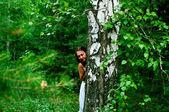 Ragazza in abito bianco in legno — Foto Stock