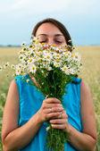 Dívka v modrých šatech s chamomiles — Stock fotografie
