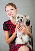 девушка в красном и собака — Стоковое фото