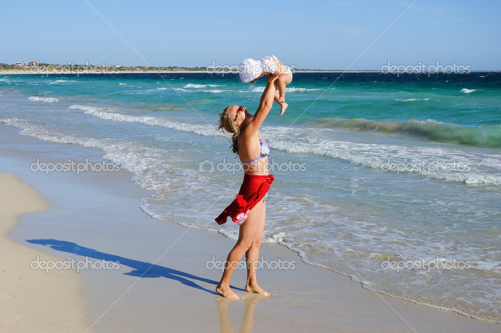 Little happy girl and her mother kept running on the beach — Stock Photo #3020520