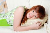 Młoda brunetka piękny w zielonej piżamie — Zdjęcie stockowe