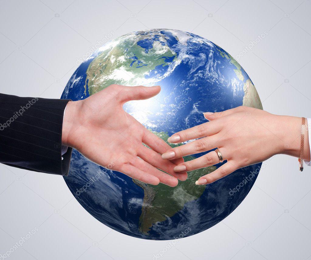 商务背景下的地球上的握手