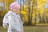 Küçük kız sarı çiçek — Stok fotoğraf