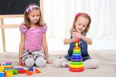 Twee kleine meisjes spelen — Stockfoto