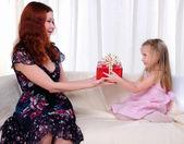 Liten flicka mamma ger en semester gåva — Stockfoto