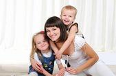 Młoda matka, jej córka i syn — Zdjęcie stockowe