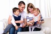 Madre, hija, hijo y padre — Foto de Stock