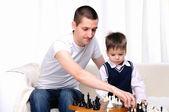 Папа и сын играл в шахматы — Стоковое фото