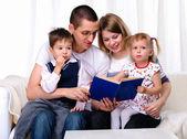 Mãe, filha, filho e pai — Foto Stock