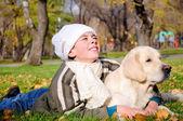 Garçon jouant dans le parc automne — Photo