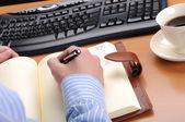 Hombre de negocios joven trabaja en una oficina — Foto de Stock