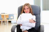 Giovane ragazza nel suo ufficio — Foto Stock