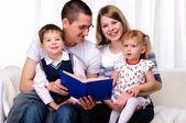 Мама, дочь, сын и папа — Стоковое фото