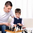 Dad and son playing chess — Photo