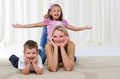 年轻的母亲,她的女儿和儿子 — 图库照片