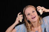 Ung flicka med hörlurar — Stockfoto