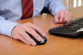 Jonge zakenman werken in een kantoor — Stockfoto