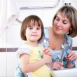 Mother and daughter brushing their teeth — Stock fotografie