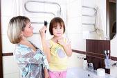 Mom combing hair — Stock Photo