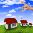 House in the hands against the blue sky — Stockfoto