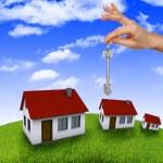 在蓝蓝的天空针对手中的房子 — 图库照片