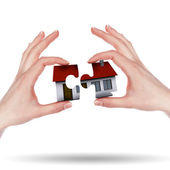 маленький дом на руках — Стоковое фото