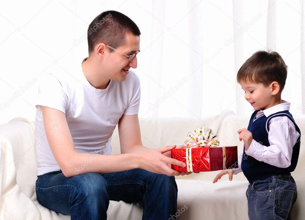 Родители дарят подарки ребенку