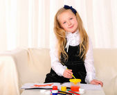 Little girl draws paint — Stockfoto