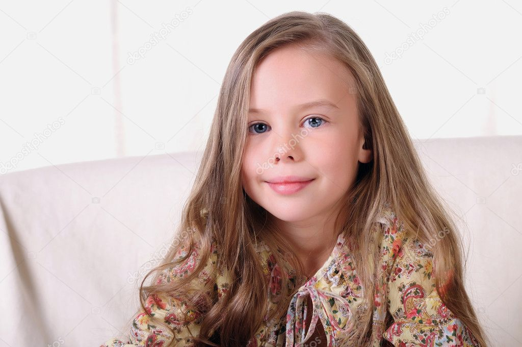 Portrait of a young beautiful girl. A girl is engaged in drawing — Stock Photo #4475956