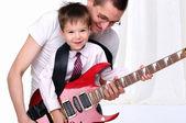 Молодой отец учит его юного сына — Стоковое фото