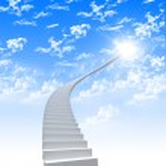 escada branca, estendendo-se para um céu brilhante — Foto Stock