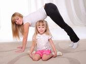 маленькая девочка и ее мать — Стоковое фото