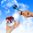 House in the hands against the blue sky — Foto Stock