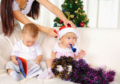 Dvě malé děti - chlapec a dívka — Stock fotografie