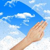 Ręka ociera misted okno — Zdjęcie stockowe