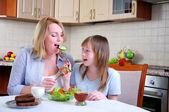 Matka a mladá dcera — Stock fotografie