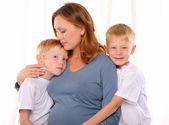 两个红色兄弟和其怀孕 — 图库照片